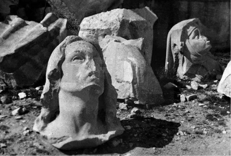 Voladura del monumento del Cerro de los Ángeles. Restos de cabezas de estatuas.